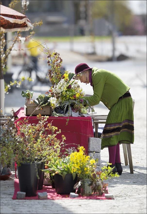 De bloemetjes buiten zetten Foto Feestvieren Foto Deventer Foto Deventer LOS Foto Deventer Havenkwartier Foto Bloemen op straat Foto Bloemenverkoop