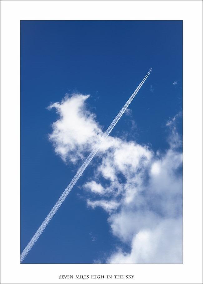 Stratosfeer Foto Stratosfeer Vliegtuig Foto In de Stratosfeer  Foto Dampkring Foto In de wolken Foto Vliegtuigstreep Foto Vliegen boven de wolken