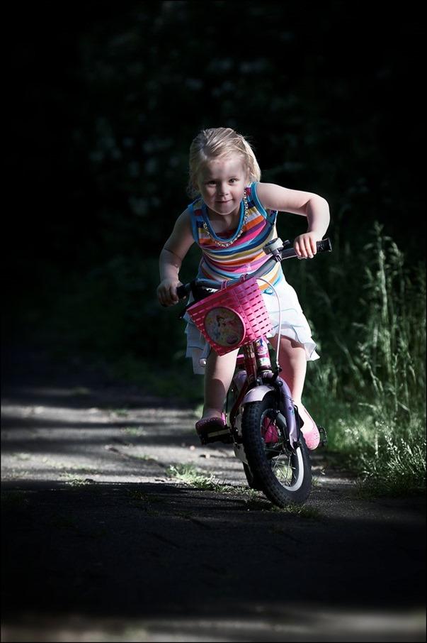 Leren Fietsen Foto Leren fietsen kind Foto KInd leren fietsen zonder zijwieltjes Foto Fietsen in Balans Foto Stabiliteit op de fiets Foto Wendy Foto Kinderfotografie Foto Kinderfietsje