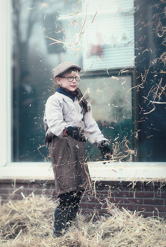 Zwartsluis Foto Winterfair Zwartsluis Foto Winterfair Zwartsluis 2015 Foto Dickens Tijdperk Foto Kinderen in Dickens Kledij Foto Spelen op Straat Foto Straatleven Foto Spelen met Stro