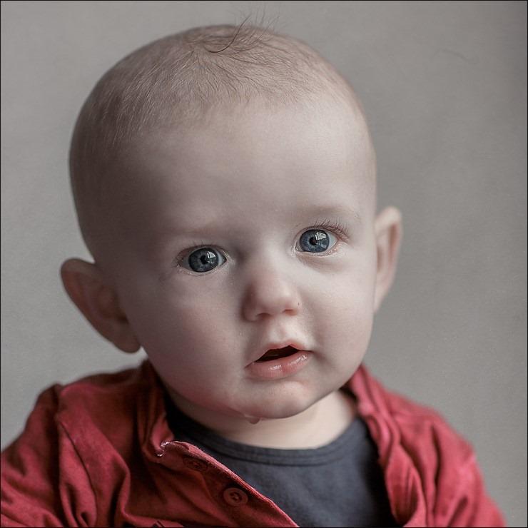 Grote heldere ogen Foto Kwijl aan je mondhoek Foto Druppel aan je kin Foto Mond open van verbazing Foto Jaylano Foto Baby portret Foto half jaar oud