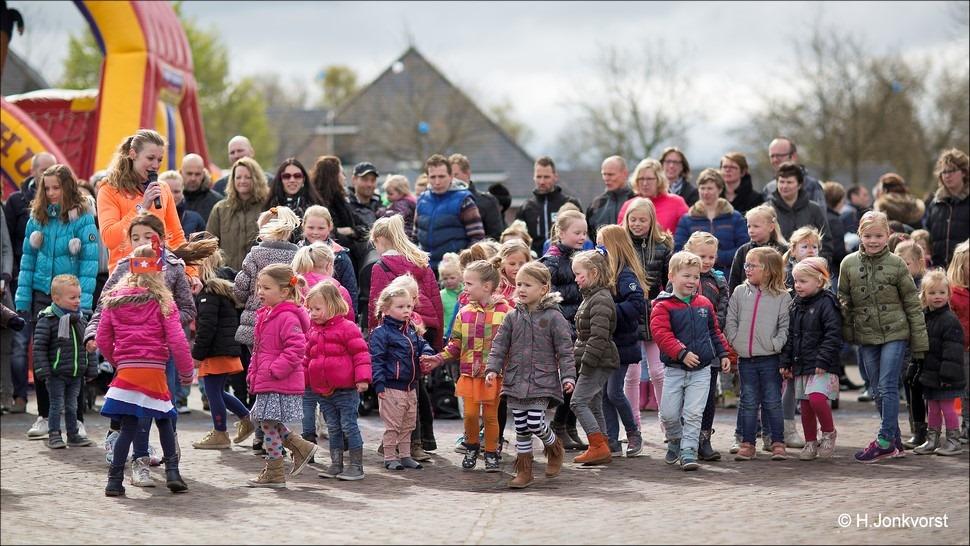 Staphorst Foro Koningsdag Staphorst Foto Spelen op Koningsdag Foto Kinderspelen op Koningsdag Foto Koningsdag Kinderspelen Foto Festiviteiten Marktplein Staphorst Foto Oranjevereniging 01