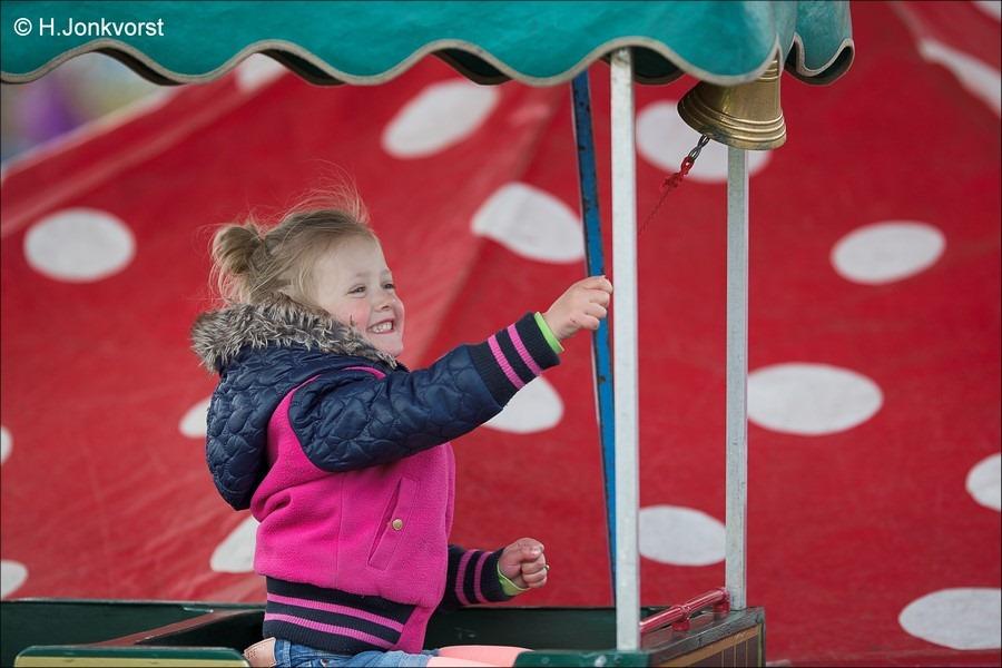 Staphorst Foro Koningsdag Staphorst Foto Spelen op Koningsdag Foto Kinderspelen op Koningsdag Foto Koningsdag Kinderspelen Foto Festiviteiten Marktplein Staphorst Foto Oranjevereniging 06
