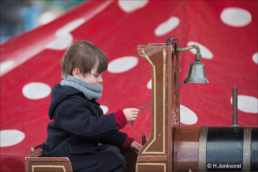 Staphorst Foro Koningsdag Staphorst Foto Spelen op Koningsdag Foto Kinderspelen op Koningsdag Foto Koningsdag Kinderspelen Foto Festiviteiten Marktplein Staphorst Foto Oranjevereniging 07