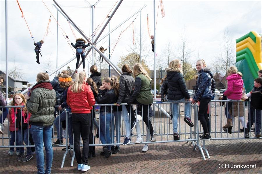 Staphorst Foro Koningsdag Staphorst Foto Spelen op Koningsdag Foto Kinderspelen op Koningsdag Foto Koningsdag Kinderspelen Foto Festiviteiten Marktplein Staphorst Foto Oranjevereniging 08
