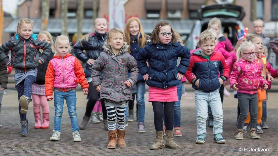 Staphorst Foro Koningsdag Staphorst Foto Spelen op Koningsdag Foto Kinderspelen op Koningsdag Foto Koningsdag Kinderspelen Foto Festiviteiten Marktplein Staphorst Foto Oranjevereniging 02