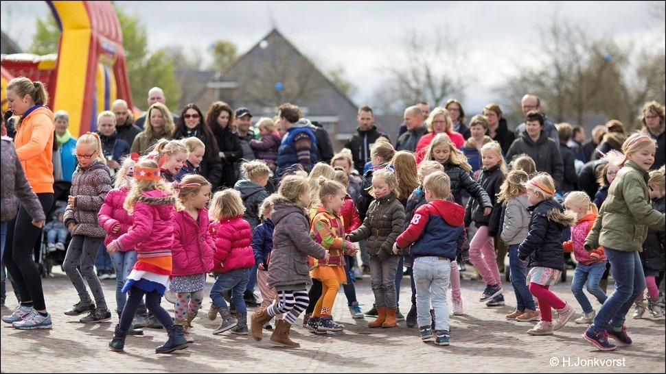 Staphorst Foro Koningsdag Staphorst Foto Spelen op Koningsdag Foto Kinderspelen op Koningsdag Foto Koningsdag Kinderspelen Foto Festiviteiten Marktplein Staphorst Foto Oranjevereniging 03