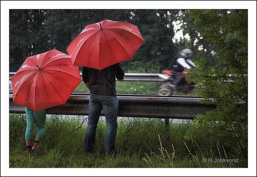 Staphorst Foto TT Motors Kijken Foto TT verkeer kijken langs de snelweg Foto Parapluweer Foto TT op zondag