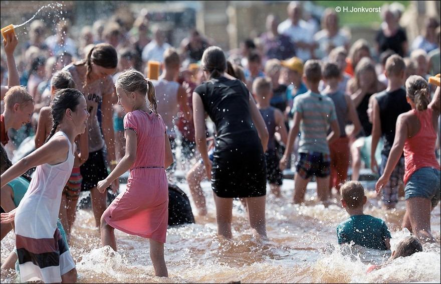 Huttendorp Staphorst 2016 Foto Staphorst Foto Huttendorp Staphorst Foto Huttendorp Foto Huttendorp 2016 Foto Waterspelen Foto Spelen met water Foto Waterspelen Foto Spelen met water 04
