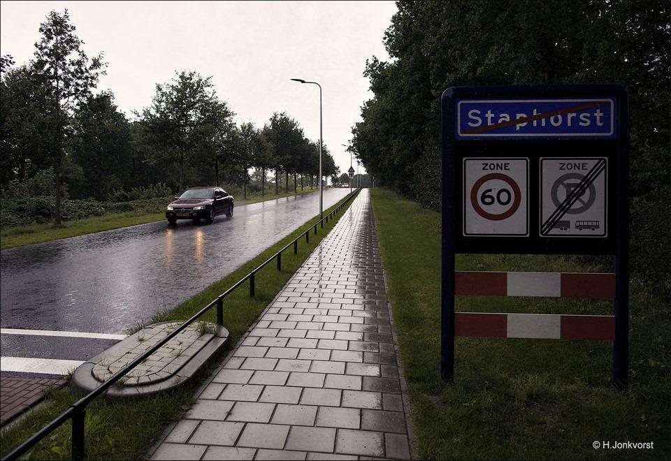 Staphorst Foto Regen Fotograferen Foto Fotograferen in de regen Foto Regen fotografie Foto Reflecties op straat Foto Het weer voor Staphorst Foto Weersvoorspelling