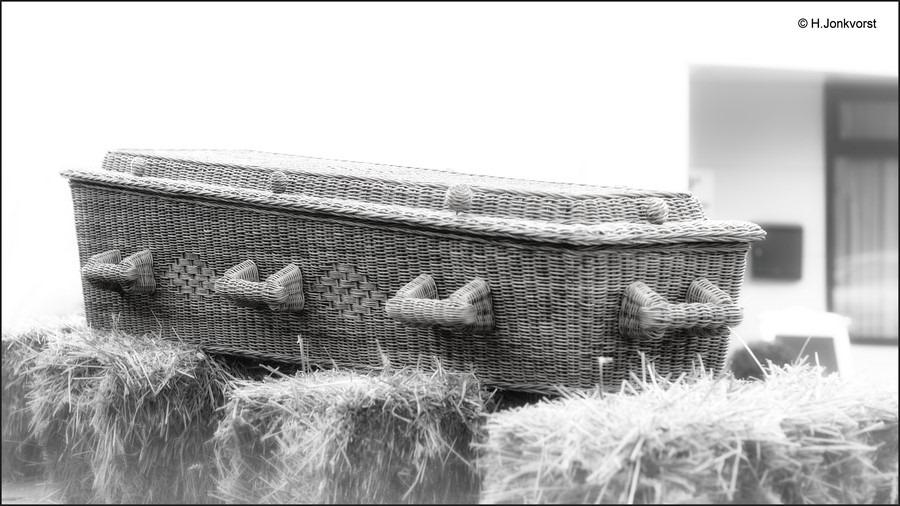 wilgentenen grafmand Foto uitvaartkist van gevlochten wilgentenen Foto wilgentenen grafkist Foto doodskist van wilgentenen Foto grafmand Foto milieuvriendelijk begraven Foto Uitvaartverzorging Wassink