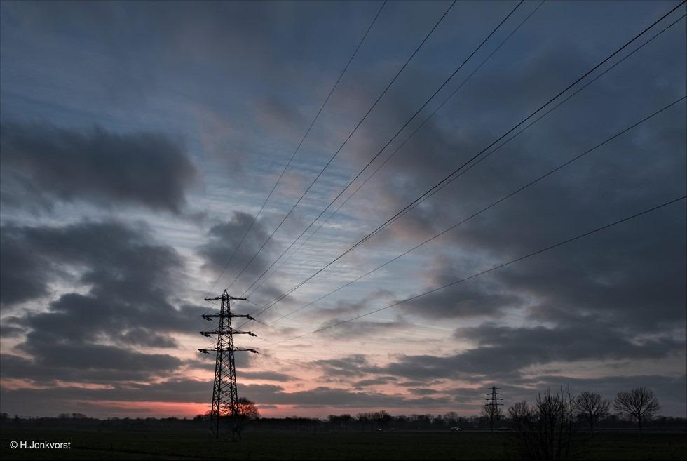 Luchtlijnen Foto Staphorst Foto zonsondergang Foto zonsondergang Staphorst Foto Landschap Foto Landschapsfotografie Foto elektriciteitsmast