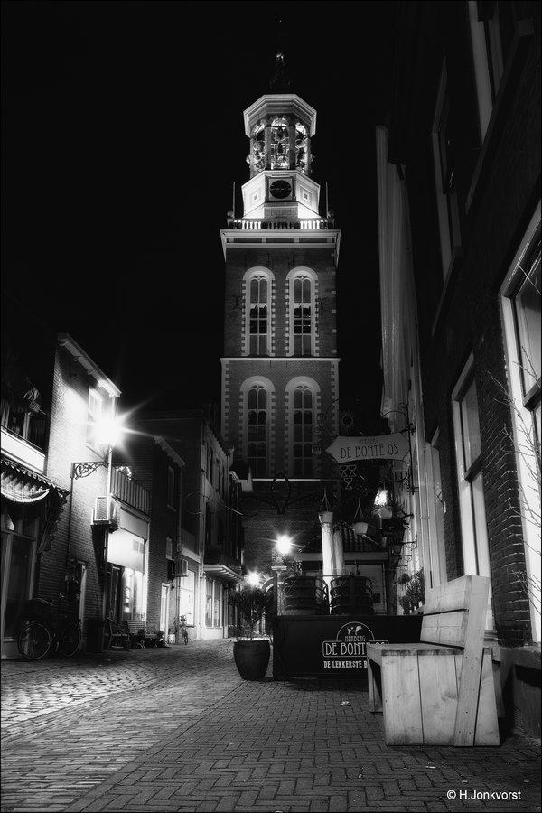 Nachtfotografie in zwart wit, Nieuwe Toren Kampen, Kampen, nachtfotografie Kampen, nachtfotografie, Nieuwe Toren, Oudestraat Kampen, nachtfotografie architektuur, koud licht, koude avondverlichting,