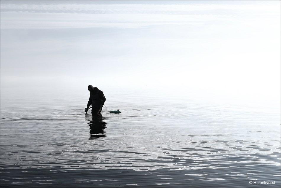 spijkers op laag water zoeken Foto muntenjacht Foto metaaldetector Foto waden met een metaaldetector Foto metaaldetectie water Foto metaaldetector onderwater Foto onderwater zoeken