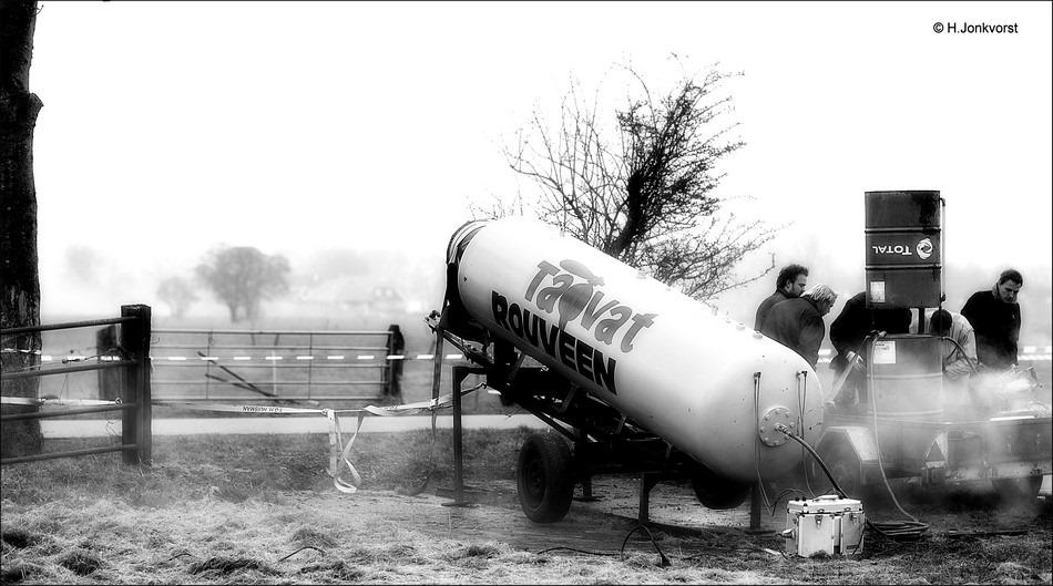 Staphorst, Rouveen, carbidkanon, Tapvat Rouveen Foto carbidkanon Rouveen, gas en zuurstof schieten, schieten met gas en zuurstof, oudjaarsdag Rouveen, oudjaarsdag Staphorst