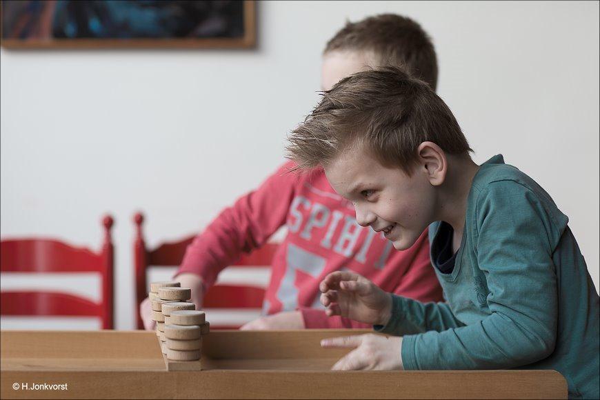 Staphorst, Museum Staphorst, oudhollandse spelletjes, oudhollandse spelen voor kinderen, stokvangen, sjoelen, tekenen, staphorster stipwerk, ballen gooien, blokken stapelen, spelmiddag, spelmiddag organiseren