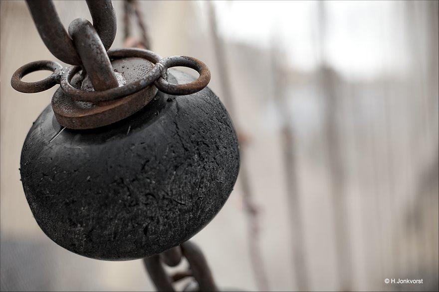 aan de ketting, aan de ketting gelegd, aan de ketting leggen, boei, vissersboei, geketend, vastgeketend, schakels