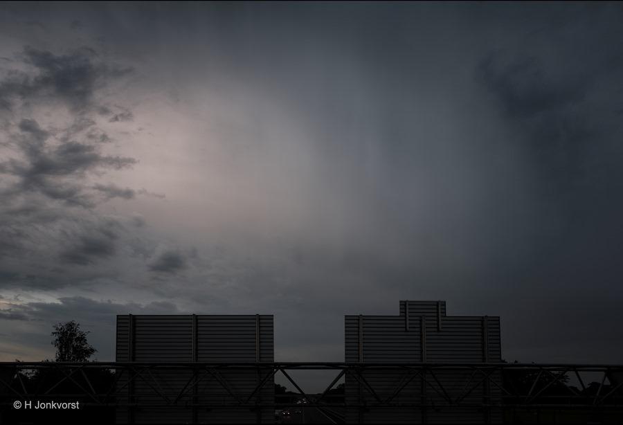 Staphorst, Viaduct A28, regengordijn, regenslierten, onheilspellende onweerslucht, onweerslucht, regen in aantocht