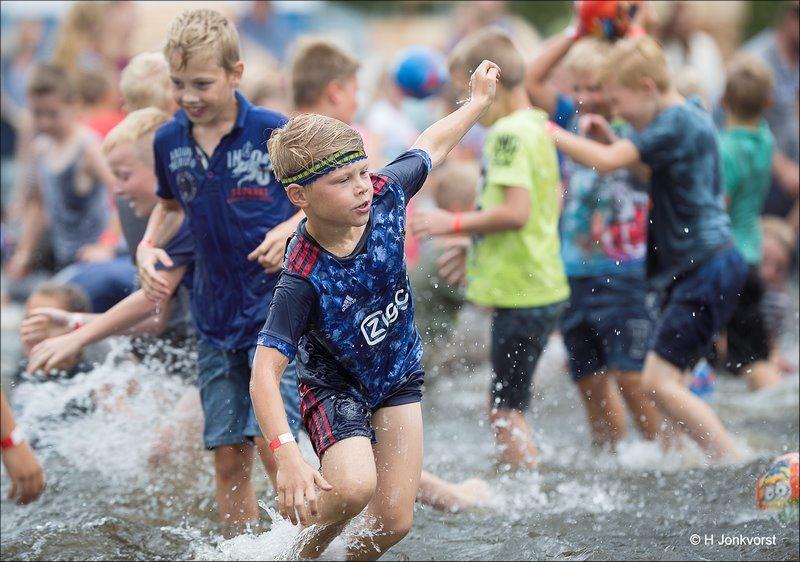 Huttendorp Staphorst 2017, Huttendorp Staphorst, Staphorst, Huttendorp 2017, Huttendorp, waterspelen, schuimparty, spelen met water, waterballet