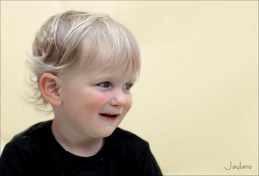 Jaylano, schelm, schelms, schelmse blik, tijdlijn van nul tot nu, tijdlijn van 0 tot nu, tijdlijn, kinderfotografie, foto's kleinkind