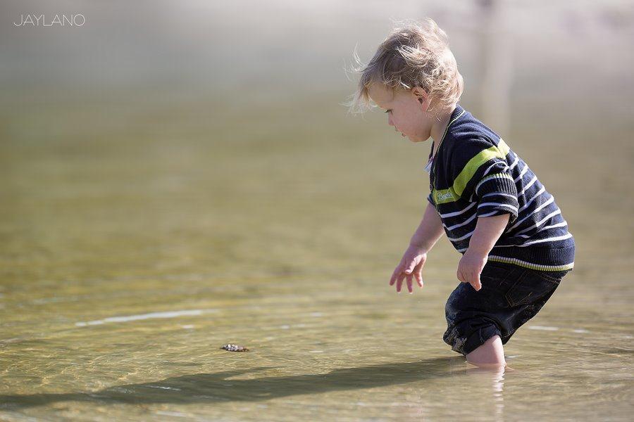 Pootje baden, water ontdekken, Waterfun, Waterplezier, Waterpret, Bosvijver Zwarte Dennen, Kinderfotografie, Jaylano, kinderen en water, spelen met water, pootje baden in natuurwater