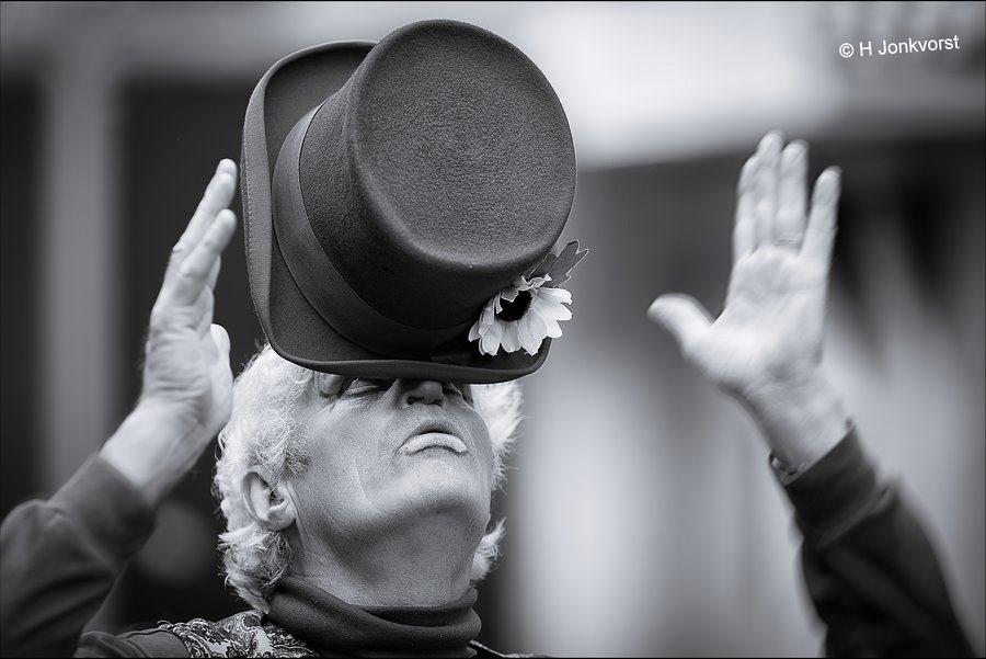 van de hoed en de rand, Wankel Evenwicht, evenwicht, balanceren, coordinatie oefening, coordinatie, clowns kunstjes, clownskunsten, van de hoed en de rand weten, acrobatiek, Donderdag Meppeldag