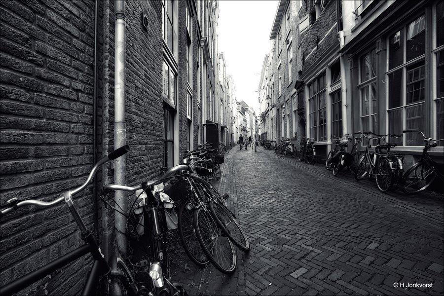 waar kan ik mijn fiets stallen, parkeerproblemen in de stad, fietsen tegen de gevel, fietsen tegen gevels, Fietsenstalling, fietsen in het straatbeeld, fietsparkeren, fiets parkeren voor een huis, fiets in het stadsbeeld