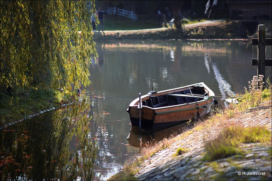 een idylle, idylle, Idyllisch, oud hollandse plaatjes, oud hollands, houten bootje, houten roeibootje, Openluchtmuseum Arnhem, Museum Arnhem, Nederlands Openluchtmuseum
