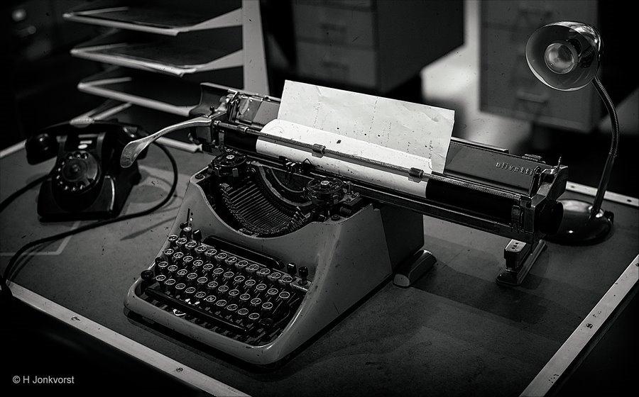 muisarm, Wat is een muisarm, polsklachten muisarm, RSI, Kantoorklerk, Office manager, oude typemachine, antieke typemachine, Typemachine Olivetti, kantoorwerkzaamheden, bakelieten telefoon, het werk van de kantoorklerk