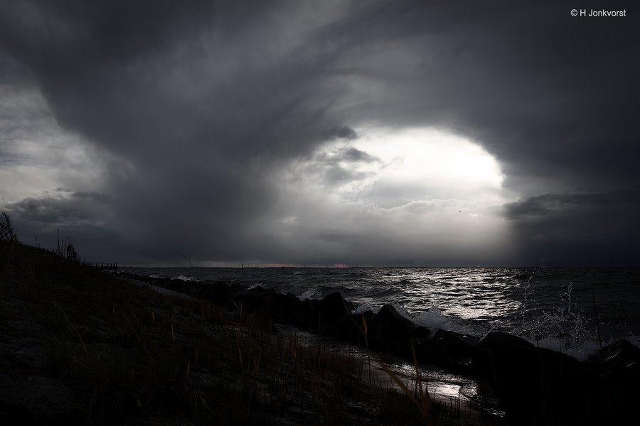 Urk, Urk aan het IJsselmeer, Urk Strand, IJsselmeer, Onweer boven water, onweer boven ijsselmeer, naderend onheil, Dreigende Wolken, basaltblokken, lichtstreep op water, lichtbundel, lichtbundel op water
