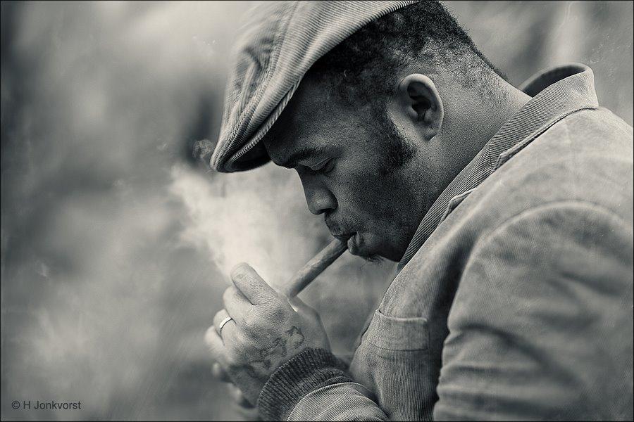 Enjoy smoke, genieten van rook, genieten van roken, sigaar roken, sigaar opsteken, have a cigar, sigaren roken, blauw van de rook, bolknak, bolknak sigaar, portret van roker, Dickens Deventer, Dickens Deventer 2017