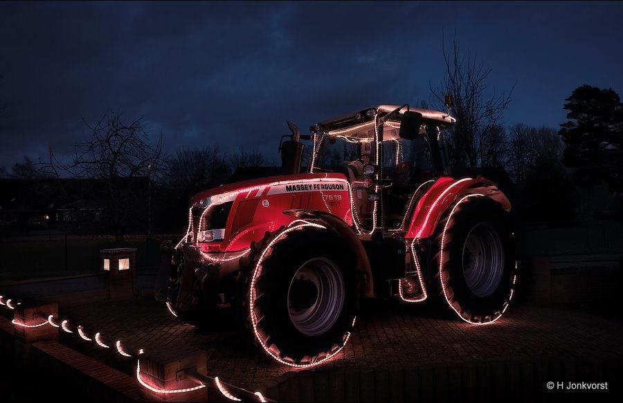 staphorst, kerst trekker, kersttractor, verlichte trekker, verlichte tractor, bijzondere kerstverlichting, verlicht landbouwvoertuig, verlichting landbouwvoertuig, nachtfotografie, Nachtfotografie Staphorst