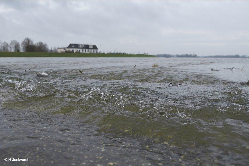 Het ultieme belevingsgevoel, Watersnood, kolkende rivier, kolkend water, snelstromend water, stromende rivier, vernietigende krachten, hoogwater IJssel, hoogwater rivieren, landschapsfotografie, Landschap, landschap rivier
