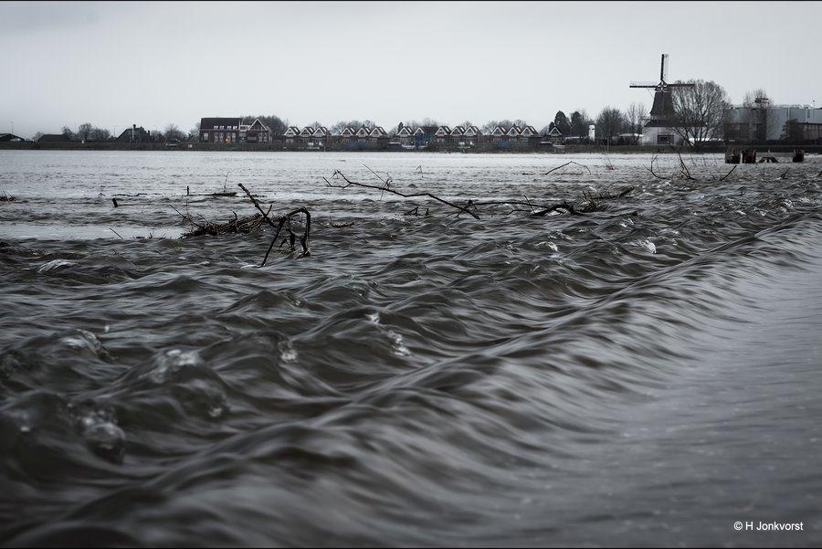 Het wassende water, Watersnood, kolkende rivier, kolkend water, snelstromend water, stromende rivier, vernietigende krachten, hoogwater IJssel, hoogwater rivieren, landschapsfotografie, landschap, landschap rivier