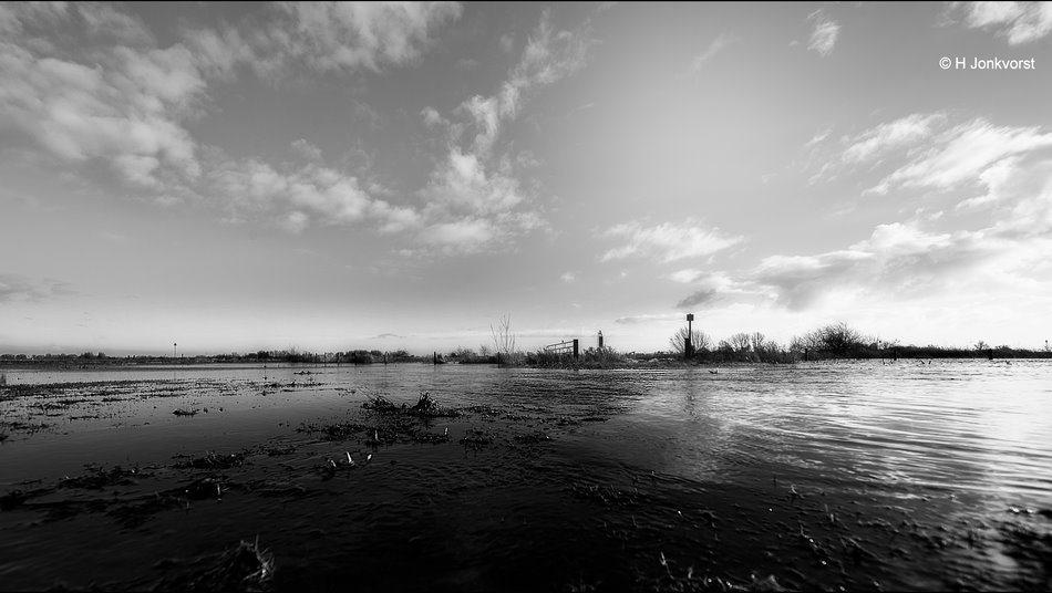 weg is weg, ongebaande wegen, ondergelopen weg, ondergelopen land, ondergelopen uiterwaarden, uiterwaarden, uiterwaarden IJssel, hoogwater, hoogwater rivieren, hoogwater IJssel, Landschapsfotografie, landschap in zwartwit