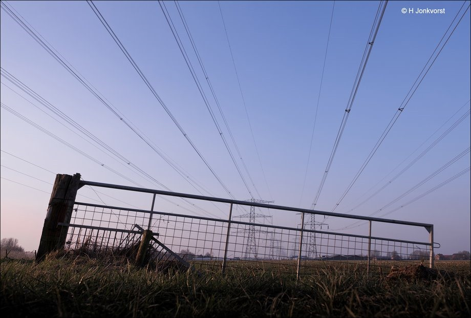 bang voor hoogspanning, hoogspanning, hoogspanningsmast, hoogspanningsmasten, electriciteitsmast, pyloon, pylonen, bang voor hoogspanningsmasten, angst voor hoogspanningsmasten, laag standpunt, laag standpunt fotograferen