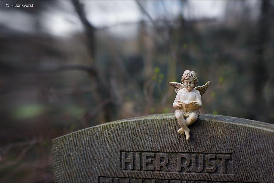 Verhalen van engelen, grafdecoratie, graf decoratie, grafbeeld, grafbeelden, grafsteen engel, hier rust, begraafplaats, Begraafplaats fotografie, rituelen, Stof tot nadenken, fotograferen op begraafplaatsen