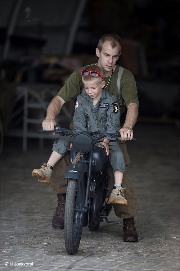 jong geleerd, Jong geleerd is oud gedaan, Voorop de motor, Wings & Wheels, Wings en Wheels Hoogeveen, oude legermotor, antieke legermotor, Fotografie, Foto