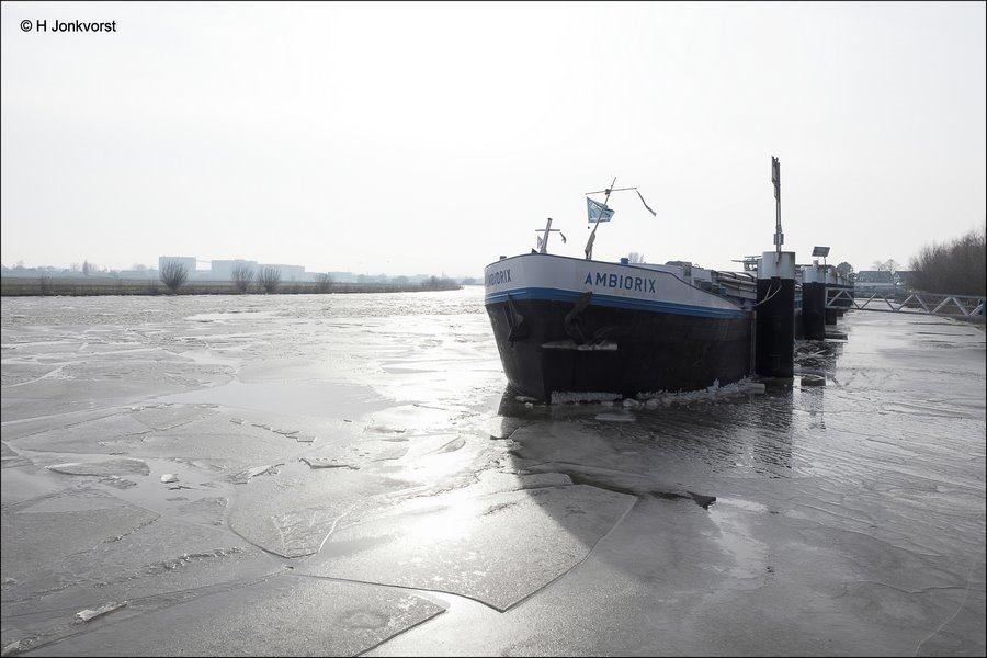 Vastlopers, Vastloper, overlast door winterweer, stremming scheepvaart, stremming scheepvaart verkeer, schepen vast in ijs, containervaart, Fotografie, Foto