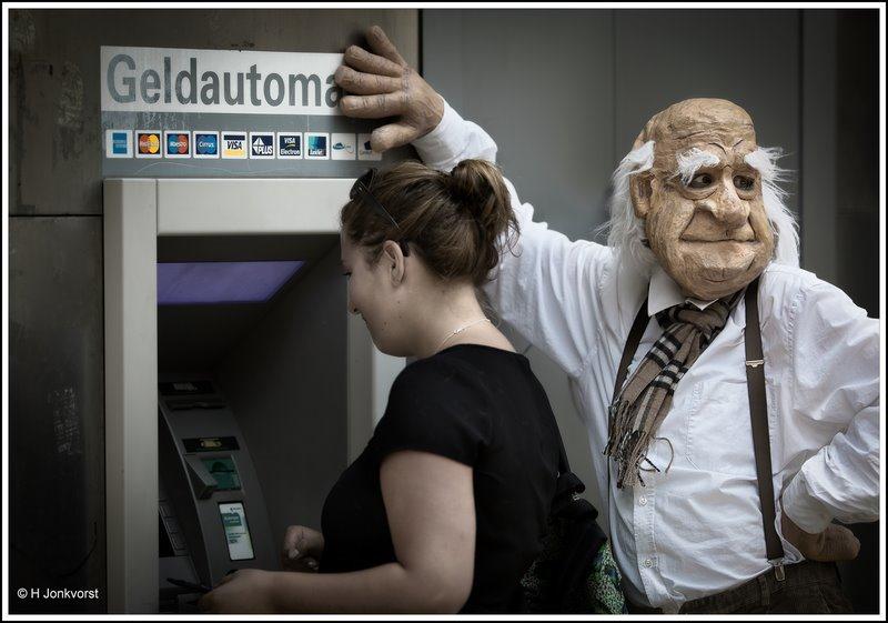Privacy bij de pinautomaat, privacy bij de geldautomaat, mag ik je pincode, gepaste afstand, gepaste afstand bij de geldautomaat, over je schouder meegluren, gluren, privacyregels, opdringerig gedrag, Fotografie, Foto