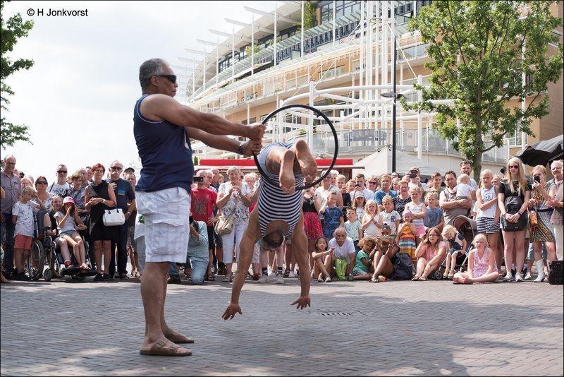 de ultieme duik, doe dit niet thuis, duiken door een hoepel, Uili So, CaFe SoLo, Modern Circus, Hoelahoep, Stunt, C'est la Vie Emmen, C'est la Vie Emmen 2018, C'est la Vie Straattheater