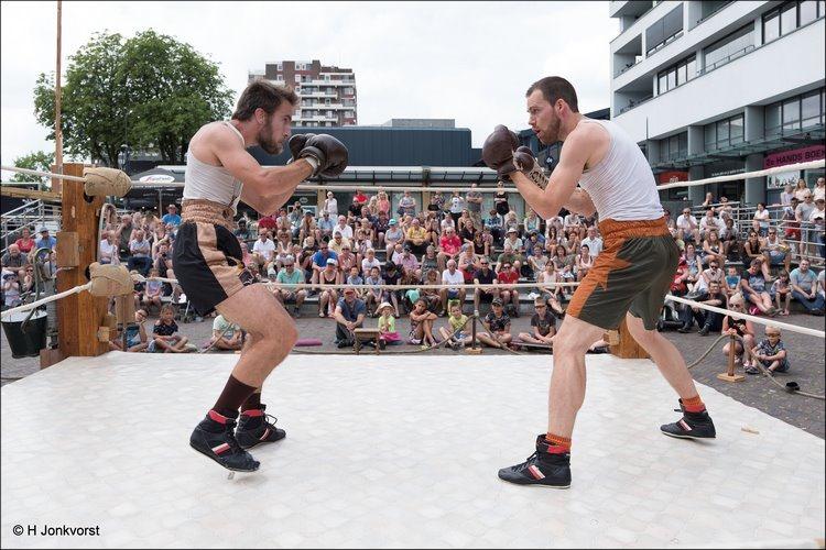straatgevecht, straat gevecht, straatvechten, Peek a Boo boxing, Peek a Boo, Compagnie Charlie Peek a Boo, op de vuist, C'est la Vie Emmen, C'est la Vie Emmen 2018, C'est la Vie Straattheater