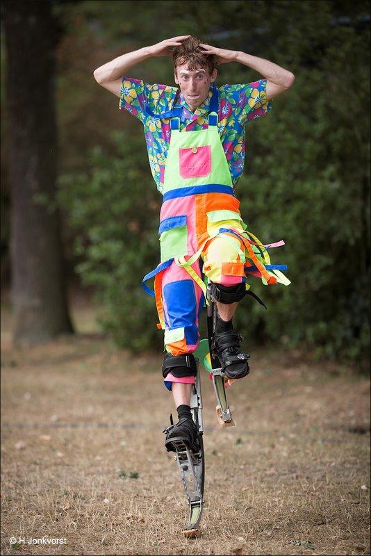 Op hoge poten, Springstelten, Hoge sprongen, Werf Entertainment, Jordi van der Werf, Acrobatiek, acrobatiek op straat, stuiteren op springstelten, entertainer, Fotografie, Foto, Beeldschoon Rolde, Beeldschoon Rolde 2018