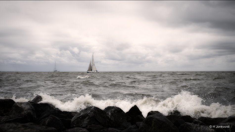 Door wind en weer, door weer en wind, Markermeer, Markermeer Lelystad, strekdam, Zeilen op het markermeer, zeilen bij harde wind, Landschap, Fotografie, Foto, Fujifilm XT2