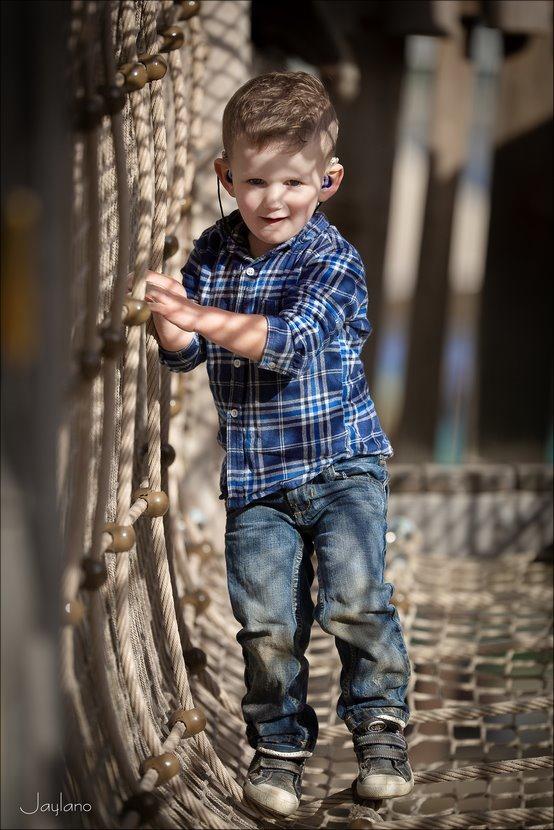 op de touwbrug, touwbrug, touwenbrug, touwbrug speeltoetel, Dinoland, Dinoland Zwolle, spelen in Dinoland, speeltoestel, spannend speeltoestel, Jaylano, Kinderfotografie, Fotografie, Foto