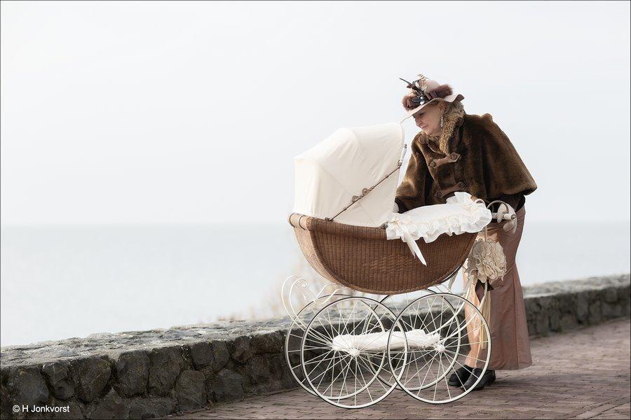 Urk in Wintersferen, Urk in Wintersferen 2018, kinderwagenparade, Uit vervlogen Jaren, Uit grootmoeders tijd, antieke kinderwagen, wandelen met je baby, wandelen met antieke kinderwagen, Fotografie, Foto