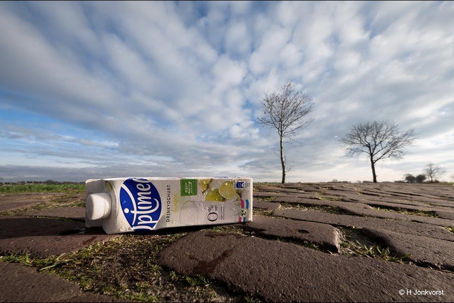 Optimel Drinkyoghurt, slurpyoghurt, drinkyoghurt, zwerfafval, afval langs de weg, Bermafval, Staphorst, rotzooi, vuil, zwerfvuil, Fujifilm XT2, Fujifilm XF 8-16mm f2.8 R LM WR, Fotografie, Foto