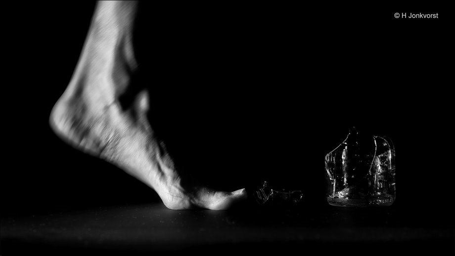 Watch your step, glasscherven, glas op de weg, scherven op de weg, scherven brengen geluk, blootvoets, over glas lopen, beloopbaar glas, scherven in je voeten, Canon eos R, Fotografie, Foto