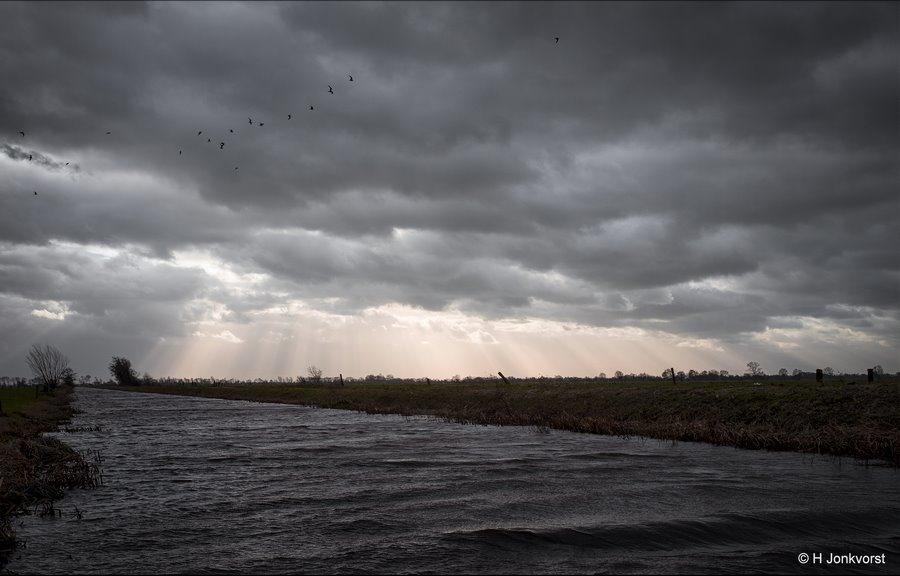 Storm, Rienkskanaal, Staphorst, Staphorsterveld, stralenkrans, golfkammen, gaten in wolkendek, Landschap, Landschap Staphorsterveld, Fujifilm XT2, Fujifilm XF 16-55mm F2.8 R Lm Wr, Fotografie, Foto