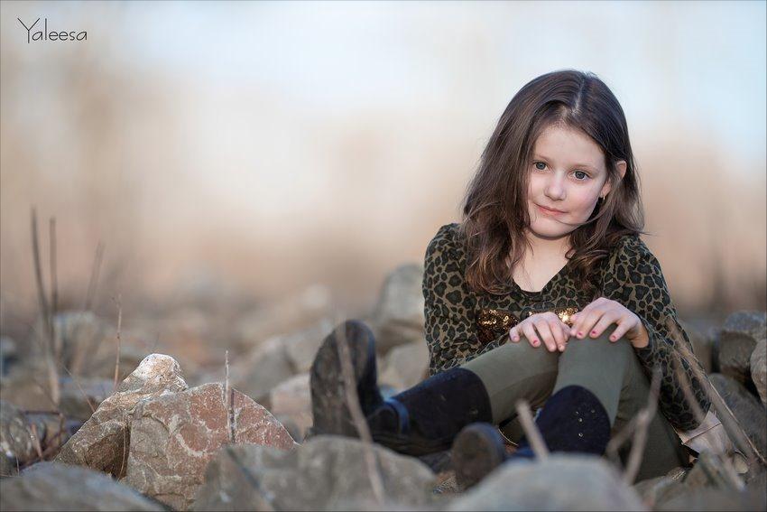 Yaleesa, on the rocks, kinderfotografie, kinderen poseren, kinderportret, Kinderportret fotografie, Fotograferen met kinderen, Canon EF 200mm f2L IS USM, Fotografie, Foto, Photography, Photo